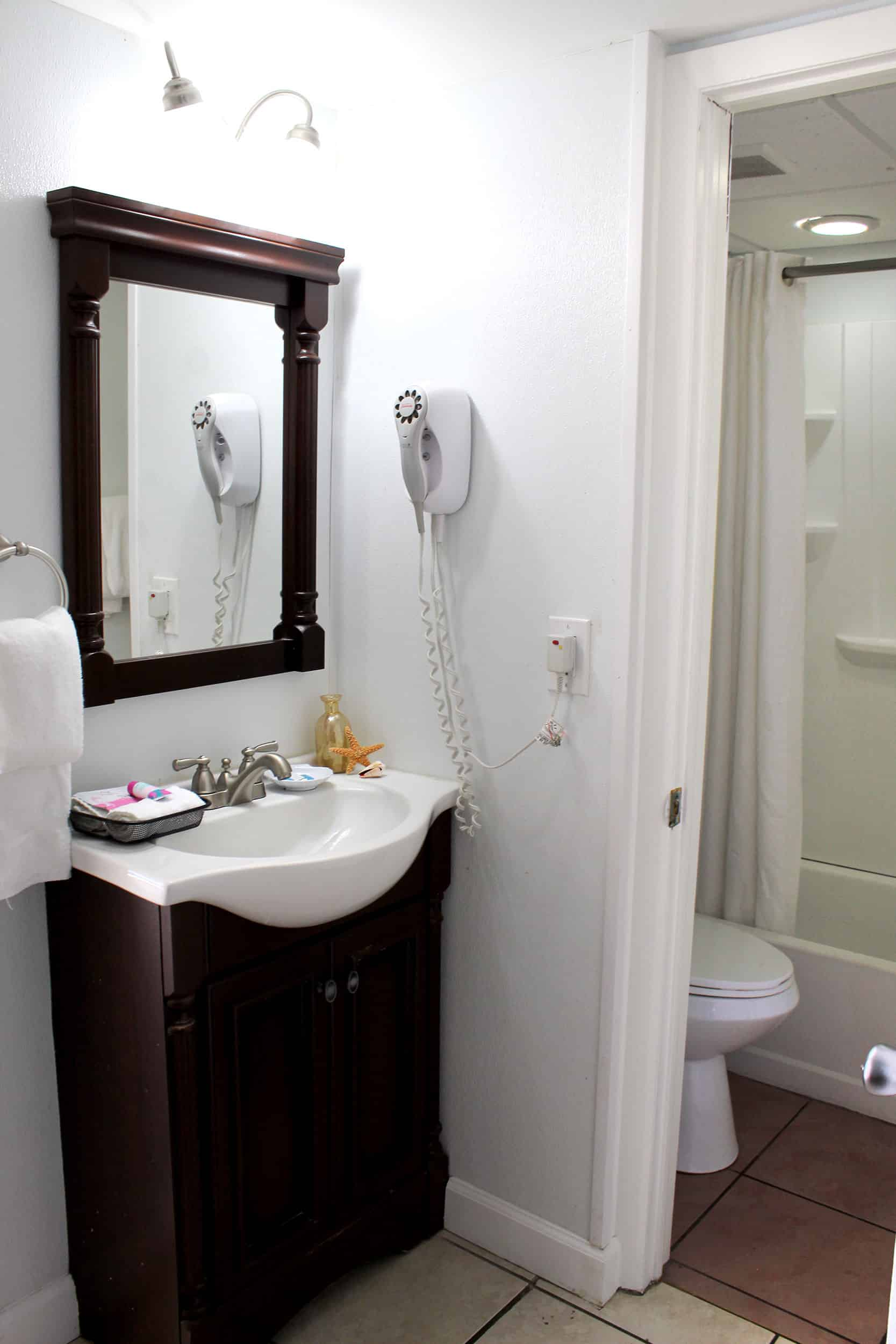 Bay Inn Deluxe Suite | Bathroom | Rooms Available